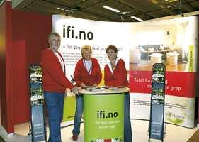 IFI (Informasjonskontoret for farge og interiør) på sin fargerike stand. Fra venstre Øistein Lie, Vera Fogh og Bjørg Owren.