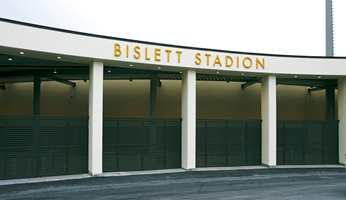 Inngangspartiet ved Lørdahls plass, ved den tidligere bakgården ved klubbhuset.