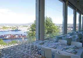 Fra den innebygde glassveranda i 2. etasje med utsikt over hele Bjørvika, enn så lenge med sine containere.