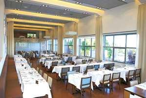 Restauranten og mesasin-etasjen i bakgrunnen.