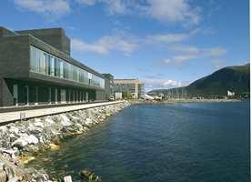 Nytt teater i Tromsøsundet. Bakenfor ligger Polarmiljøsenteret og øverst til høyre Ishavskatedralen.