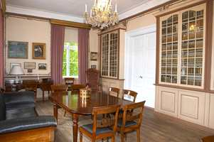 Biblioteket hvor brystninger og veggene er malt i limfarge. Blomsterranker er påmalt som dekor. Gulvene på Ledaal er stort sett originale; de ble grønnsåpebehandlet ved restaureringen. Biblioteket er nå også tilrettelagt som et minnerom for Alexander Kielland.