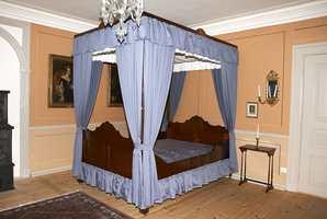 Kongens soveværelse, med brystninger og strekdekor; veggene er malt med linoljemaling.