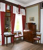 Altanværelset hvor tapetborder er limt på et lerretfelt. Bordene er originale restaurerte franske dekorasjoner. Gardiner er kopier av de originale fra Paris ca. 1820.