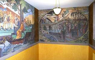 Trappegangen mellom 1. og 2. etasje hvor Axel Revold (til venstre) og Per Krohg freskomalte veggene i 1933. Veggmaleriene er restaurert.