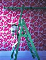 Minimalisme har aldri vært framtrendende i engelsk tapetproduksjon. Her er eldre mønstre tilsatt moderne farger.