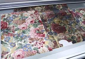 Et glimt inn i Sanderson-arkivet med det gamle originale tapet i midten og en gjenproduksjon til venstre.
