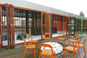 På taket av de to modulene har man i utstillingspaviljongen valgt en stor og luftig veranda. Her kan man eventuelt utvide med to nye moduler for å få en større bolig.