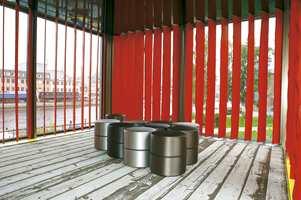 Fra paviljongens 2. etasje med bruk av vegg-til-vegg- teppe fra Ege i en lys treimitasjon. Vinduspanelene er malte villmarkspaneler!