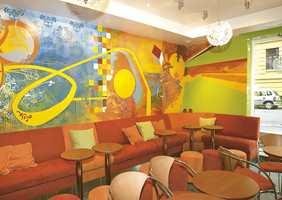 Dekormaling på hele veggen som matcher fargekonseptet ellers.