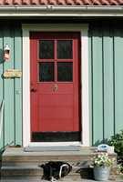Tre farger på inngangspartiet: Grønn fasade, hvit dørlist og rød dør.