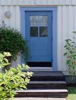 En blålig fargesetting på både dør og dørlist, men i forskjellige nyanser.