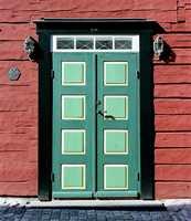Et veldig klassisk inngangsparti, men hvor det er våget litt med farger. Det er to forskjellige grønnfarger på den dekorative dør.