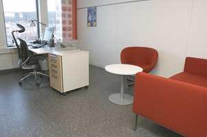 De enkelte avdelinger har selv fått være med på planløsningen. Det varierer fra åpne områder til cellekontorer med møteplasser.