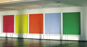 I vestibylen foran storsalen har Arne Malmedal laget en maleriserie hvor hvert av elementene er på 180 x 135 cm.