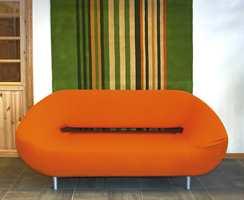 Teppeutstilling hos Gulvex. Orange er trendfarge - også på møbler.