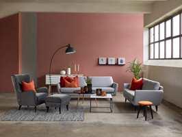 En grå sofa får ny karakter når veggen males i «sotet» rosa. Farge fra Nordsjö. Foto: Bohus.