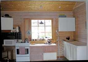 Før var skap og benker plassert rundt omkring og de store flatene var gulnet og skjoldete.