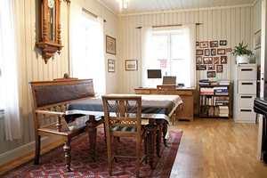 Rommet før – med panel på alle vegger og gyllent eikegulv.