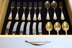 <b>MYKE TONER:</b> Gi sølvtøy, kniver eller smykker en myk start på dagen.