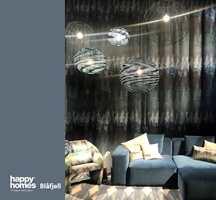<b>MØNSTER:</b> Blåfargen finnes blant mønstrene i mange tapet og tekstiler. Interiøret blir levende og interessant når du kombinerer ensfargede og mønstrede flater.