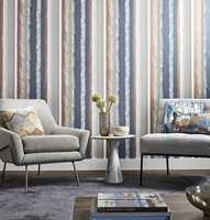 <b>MATCHENDE TEKSTILER:</b> En løsning er å lage en bru mellom den mønstrede veggen og resten av interiøret ved å bruke fargene fra mønsterveggen på for eksempel puter i matchende mønster. Tapet og tekstiler fra Harlequin/Tapethuset. (Foto: Tapethuset)