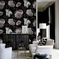 <b>MATCHENDE FARGE:</b> Her er den mørke bunnfargen fra tapetet hovedfargen i rommet. De rosa og hvite blomstene balanseres mot rene linjer og sort/hvitt. Tapetet føres av Storeys. (Foto: Storeys)