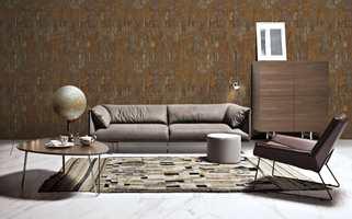 <b>TAPET OG TEPPE:</b> Teppet i rommet kan bli prikken over i-en når det er avstemt i farger, mønster og tekstur mot fondvegg og sofa. Tapetet her er fra Fantasi Interiør. (Foto: Fantasi Interiør)
