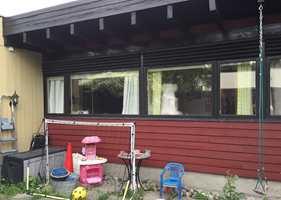 Dette huset er i stort behov for å males - malingen har både en estetisk og en teknisk funksjon.