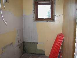 Før: Badet på ca. 3 m2 hadde få muligheter grunnet et stort vindu midt på veggen.