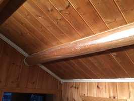 Å bruke malersprøyte betyr mye forarbeid. Alt i rommet må ut eller dekkes grundig til med plast. Stokkene i taket må også dekkes til.