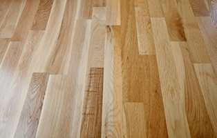 Før oppussing: et velkjent syn for mange, gulvet har gulnet. Kun en del som har vært tildekket har opprinnelig farge.