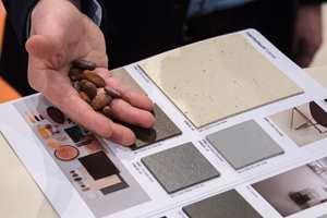 <b>SØTE FRISTELSER:</b> Jens Puda fra Forbo Flooring tar vare på skallet fra kakaobønner. – De bruker vi i våre nye linoleumsgulv som heter «Marmoleum Cocoa», sier han.