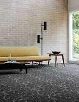 <b>LEIRESPREKKER</b> To gråfarger i mønster av sprukken leire, i design Onyx.