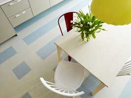 Lyseblå avlange ruter i ulik størrelse. Marmoleum Click fra Forbo Flooring.