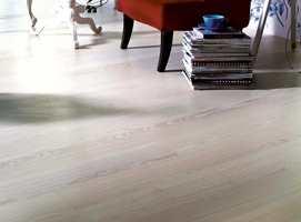 Ask er et slitesterkt materiale med livlig fremtoning. Her en lamellparkett fra Forbo Flooring med hvittet utseende og matt lakk.