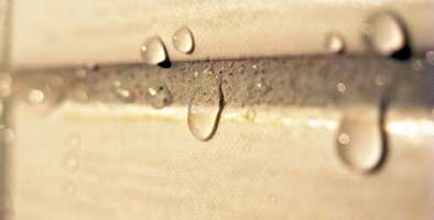 Hvis vi klarer å holde vannet ute, forhindres veksten av mugg og sopp bak flisene.