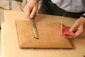 Gullet legges over på skinnputen.