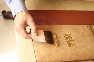 På puten kan gulllet skjæres opp i passende størrelse og løftes videre med en flate spesialkost.