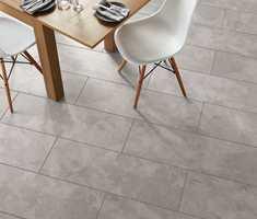 <b>FORMAT ETTER DESIGN: </b>LVT-gulvene lages i formater som understreker designsjiktets utseende. Tremønstre kommer gjerne i planker og staver, mens flis- og naturstensmønstre finnes i bredere og kortere fliser, eller som kvadrater.
