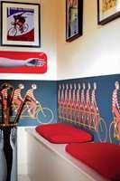 Ansiktet til en av syklistene på denne 9-mannssykkelen er blitt fjernet fra originalen. Isteden er Bradley Wiggins nå innlemmet i tapetdesignen, som en hyllest til Storbritannias sykkelhelt fra London-OL 2012.
