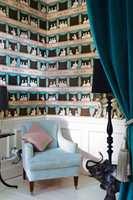 Her kan du få et helt teaterpublikum på veggen! I båsene sitter teaterbesøkerne elegant kledd og småpratende. Tapetet finnes i hvitt og nøytralt, turkist og nøytralt, samt i den opprinnelige rødt og gult.
