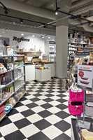 <b>KLASSISK:</b> I kjøkkentilbehørsbutikken Rafens ligger et klassisk rutete gulv i sort og hvitt fra kolleksjonen Polyflex Plus DM.
