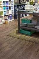 <b>TILBORDS:</b> Kjeden har siden 1976 solgt kjøkkenartikler og interiørprodukter. Butikken på Fornebu S er innredet med et LVT-gulv i 2,5 mm tykkelse som minner om værslitt eikplank (4019 Weathered Country Plank).
