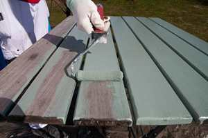 Her males bordplaten med Quick bengalack Universal på spann, i fargen