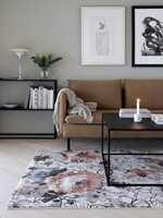 <b>BLOMSTER:</b> Fargene i teppet passer fint inn i helheten og gir interiøret en frisk boost.