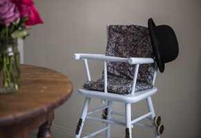 <b>SJARM</b> Barnestolen var gulnet og godt brukt. Malt i en delikat blåfarge er den et hyggelig, og praktisk, element ved spisebordet. (Foto: Beckers)