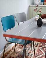 <b>ET SNEV AV RETRO</b> Velbrukte stoler fikk være med videre, nå nymalte og fine. (Foto: Beckers)