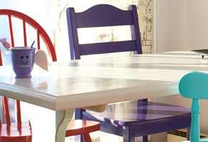 <b>FORNYET</b> Gamle, ulike stoler i hver sin nye drakt er de friskeste fargeinnslagene på dette kjøkkenet. (Foto: Jan Larsen/ifi.no)