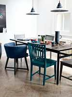 <b>FIN BLANDING</b> En stilig miks av sitteplasser – like stoler i forskjellige farger, sammen med en delvis stoppet variant. (Foto: Nordsjö)